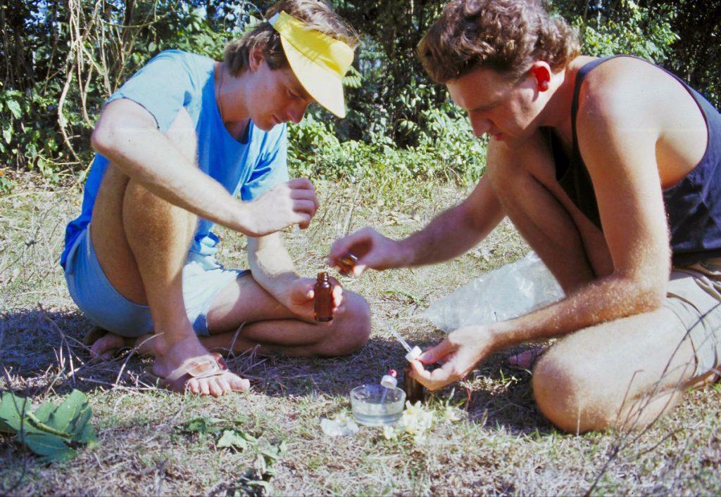 Ian (links) im Jahr 1986 bei der ersten Herstellung der Paw Paw Essenz, die in sechs verschiedenen fertigen Mischungen enthalten ist.